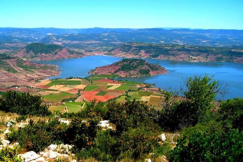 vue de haut du lac du salagou et de ses alentours de roche ruffe rouge, de collines et de terres agricoles
