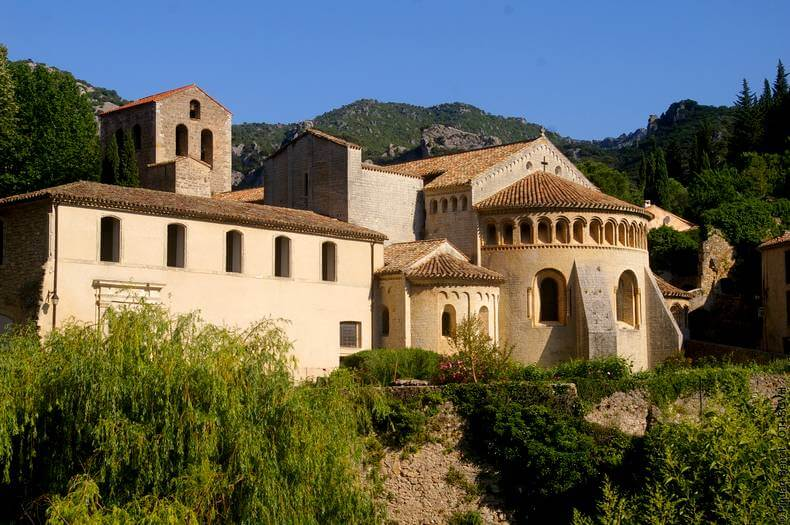 Vue de l'abbaye de gellone située dans le village de saint guilhem le désert belle construction en pierre de l'art roman