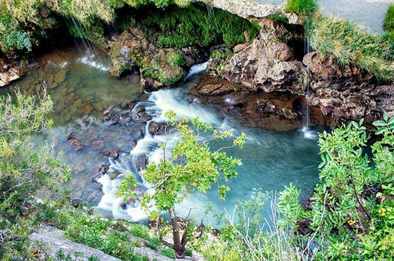 Vue de la cascade de l'éventail dans les gorges de l'Hérault dans une période où il y a peu d'eau