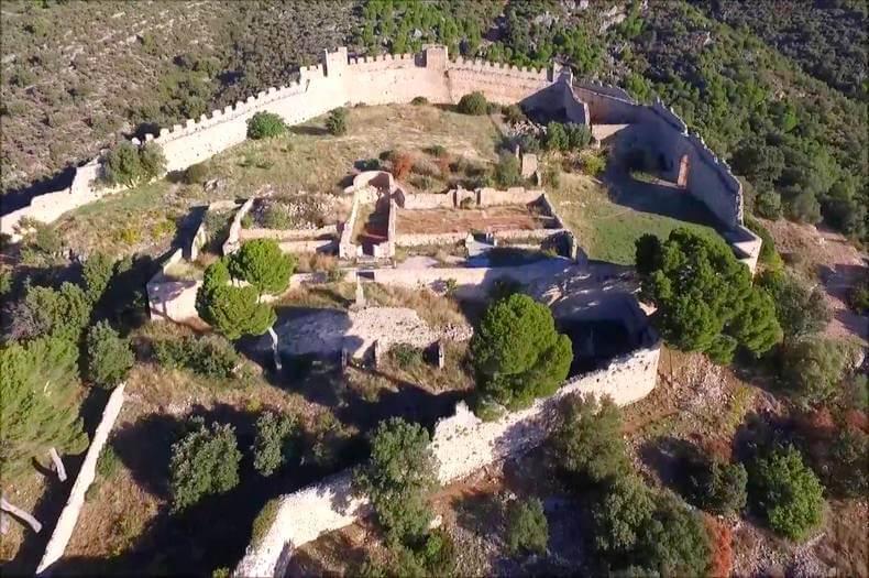vue aérienne du castellas de montpeyroux avec les ruines de ses murs et de quelques beaux sapins et végétations diverses