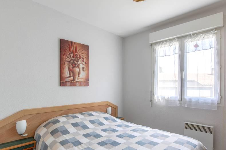Chambre double avec lit double et fenêtre double vitrage.