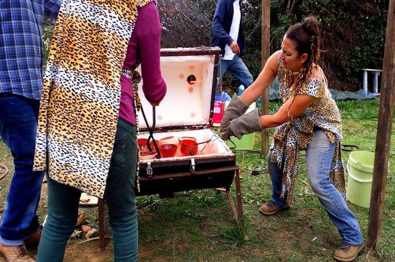 image représentant la sortie de cuisson des bols en terre d'un four artisanal pour l'occasion du festibol organisé par les potiers de saint jean de fos