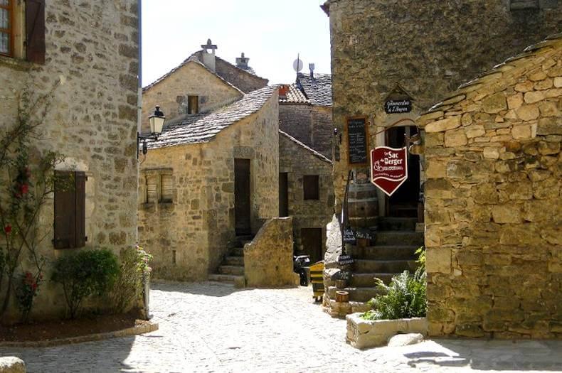 photo d'une petite place dans les ruelle pavées du village de la couvertoirade
