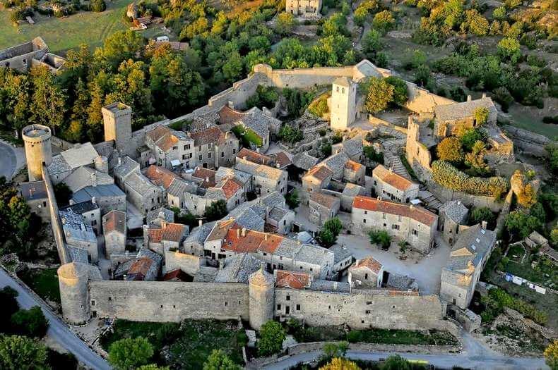 Village médiéval La couvertoirade, avec remparts tout autour. Vue de haut.