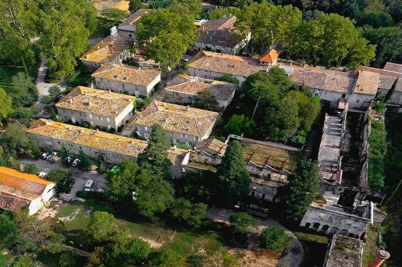 ensemble de bâtiments vu de haut composant la manufacture