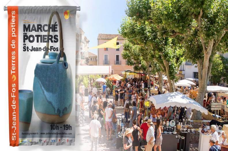 vue de haut de la place de saint jean de fos avec beaucoup de monde et des expositions des stands de poteries à vendre pour le marché des potiers indiqué sur une banderole à gauche de la photo
