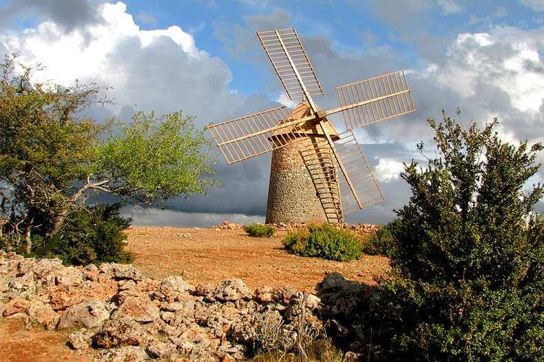 image du moulin à vent en pierres se trouvant sur la colline au dessus du village de la couvertoirade