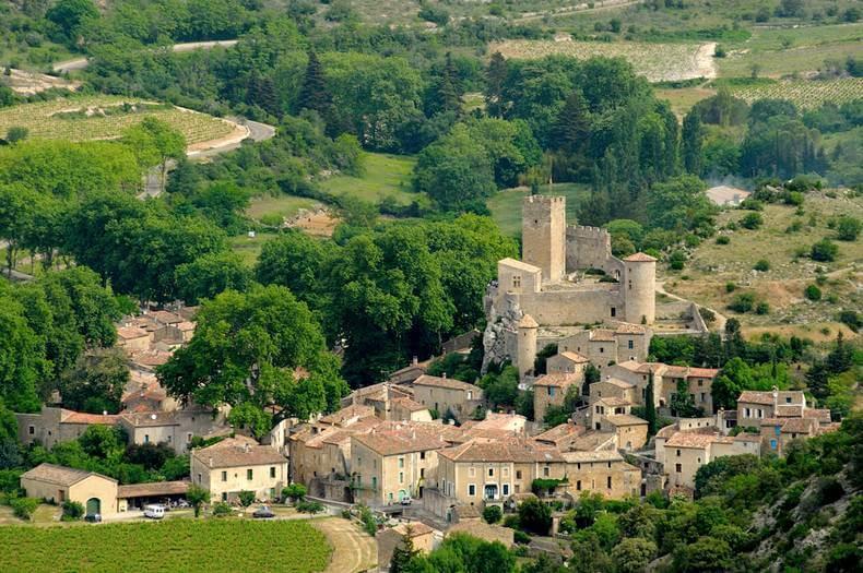 vue du ciel du village de saint jean de buèges avec ses tours médiévales dominantes
